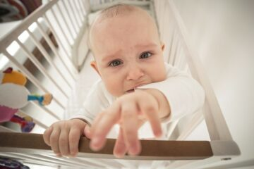 baby met verlatingsangst huilt