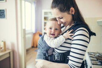 moeder met haar kindje in een draagzak