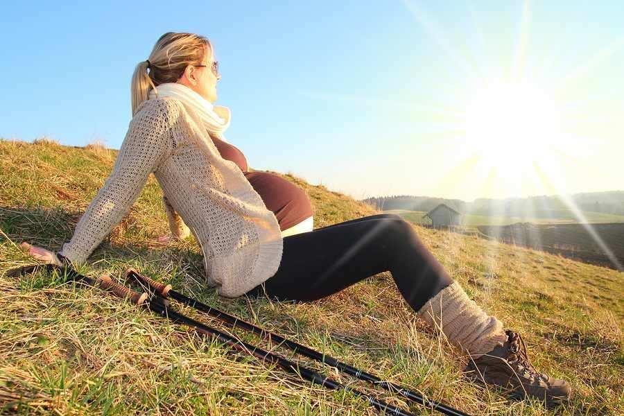 Zwangere vrouw voorkomt hoofdpijn door voldoende beweging en frisse lucht