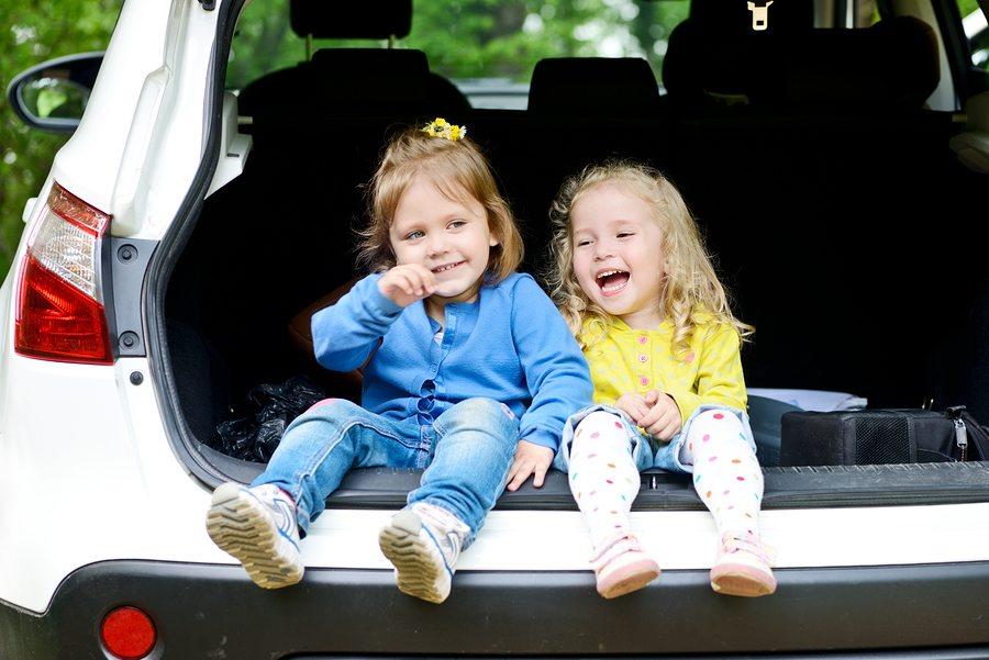 Twee vriendinnetjes zitten samen in een auto