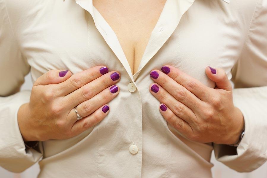 Vrouw heeft last van pijnlijke borsten tijdens haar zwangerschap