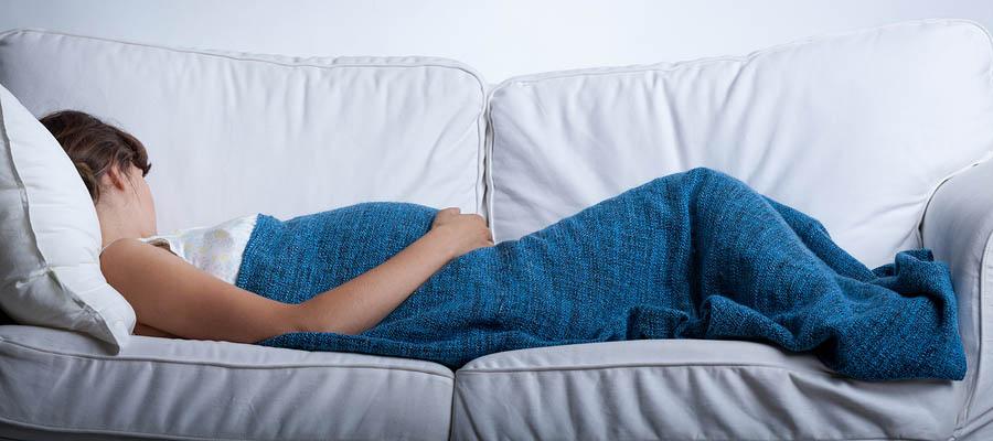 Zwangere vrouw was zo moe dat ze in slaap is gevallen op de bank.