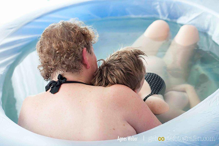 man-en-vrouw-liggen-in-bad-voor-bevallen-in-bad