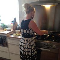 Nancy kookt een maaltijd van HelloFresh