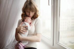 Regeldagen - Een baby wordt getroost door haar moeder