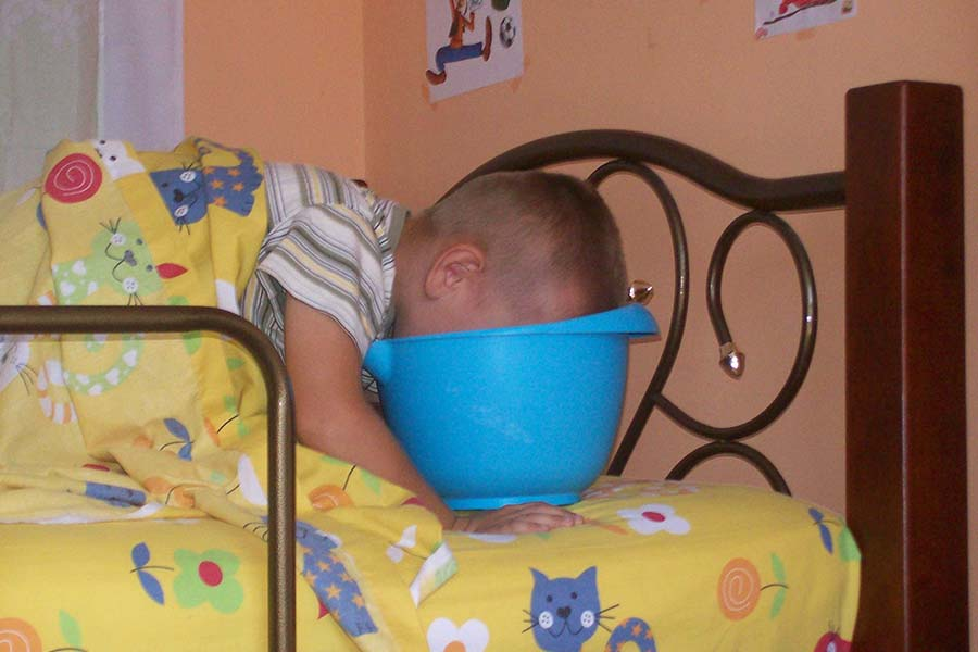 Nachtwerk in uitvoering - kind is aan het kosten in bed