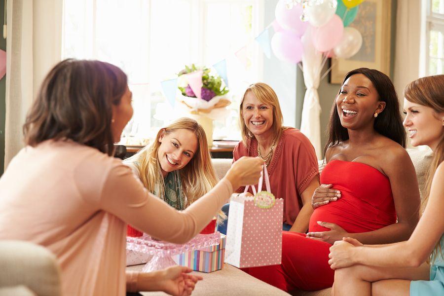 Zwangere vrouw viert babyshower en krijgt cadeaus