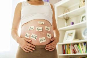 Babynaam kiezen: een zwangere vrouw twijfelt tussen verschillende namen