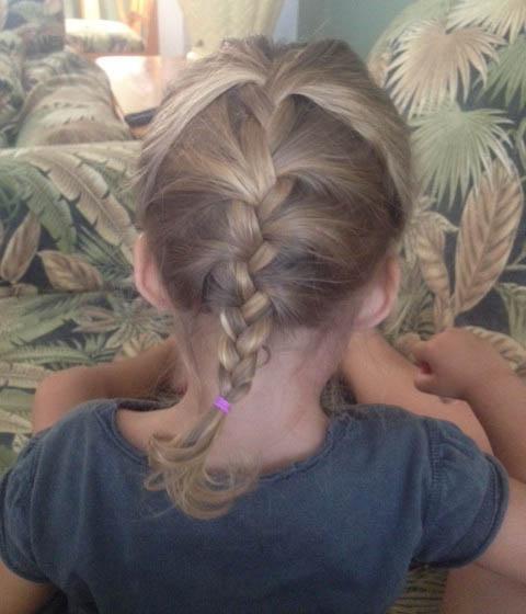 De vlechtjes in de haren van mijn dochter