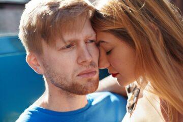 Man en vrouw kijken verdrietig want ze hebben een buitenbaarmoederlijke zwangerschap