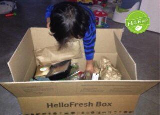 Zoontje Dex pakt de HelloFresh-box uit
