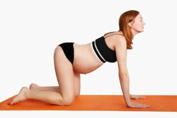 Zwangere vrouw doet oefening voor bevalling
