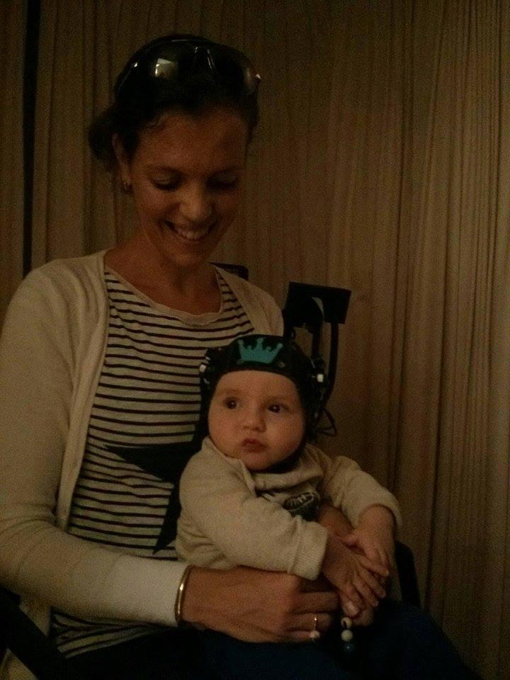 Baby met nirs-kapje op schoot bij moeder