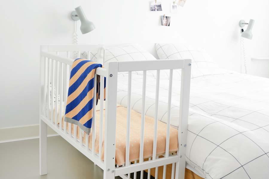 Co-sleeper naast ouderlijk bed