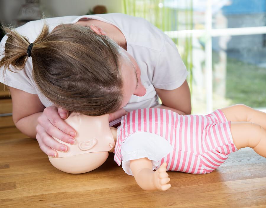 EHBO: luisteren naar ademhaling baby
