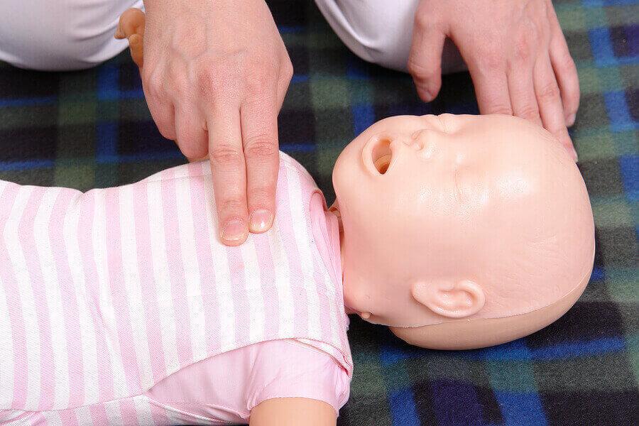 EHBO: Borstcompressies baby