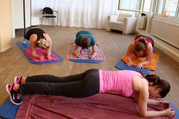 drie zwangere vrouwen doen oefeningen de plank