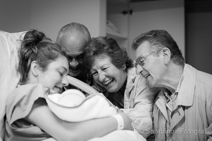 kraambezoek bij pasgeboren baby sandrinos fotografie