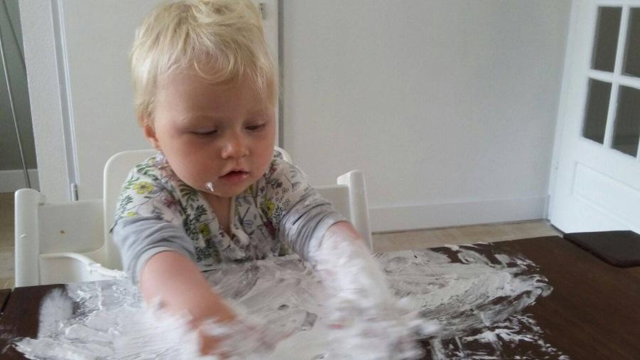 Kindje speelt met scheerschuim, Baby 10 maanden schuimparty