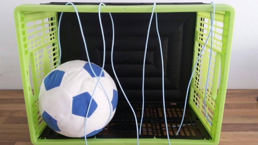 Bal in krat als voetbalgoal voor baby