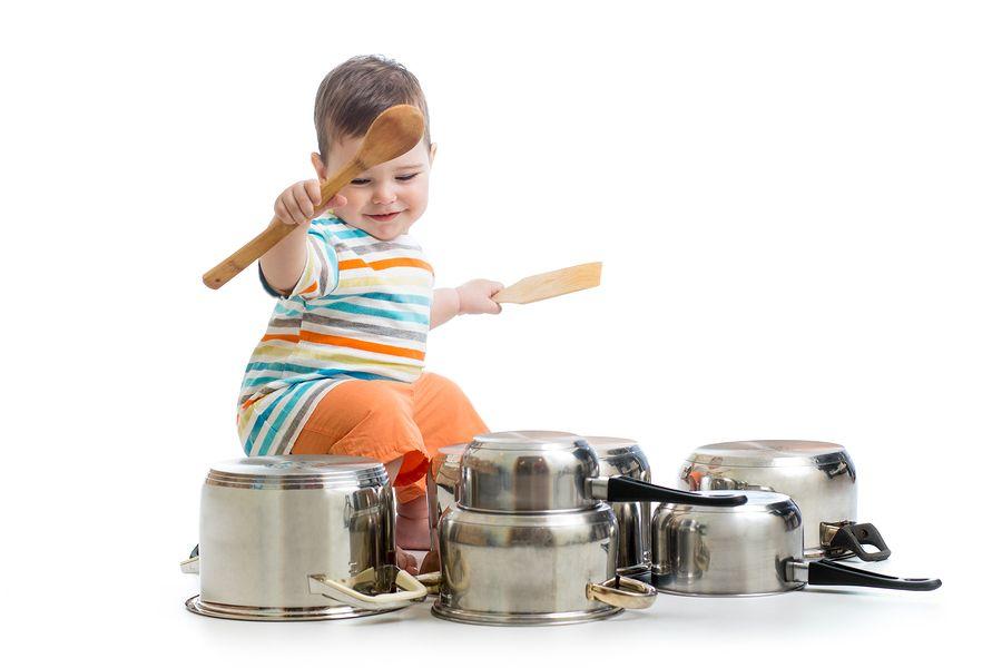 Baby-drumt-op-pannen-met-pollepel.-Baby-7-maanden-compressor