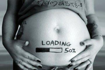 Aankondiging zwangerschap met laadbalkje op buik van de zwangere vrouw-min