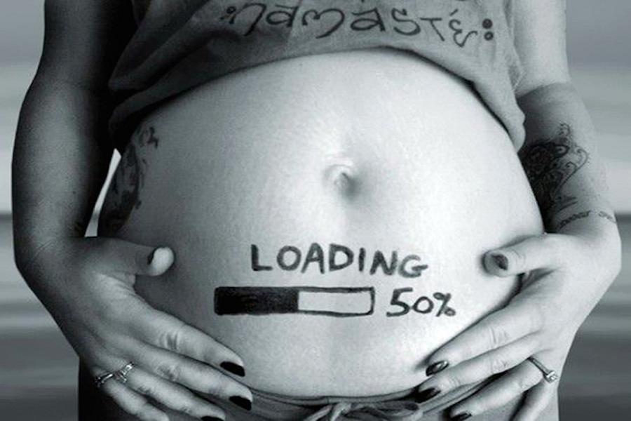 Aankondiging zwangerschap met laadblakje op buik van de zwangere vrouw