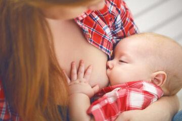 Borstvoeding: baby drinkt bij zijn moeder nadat het goed aanleggen