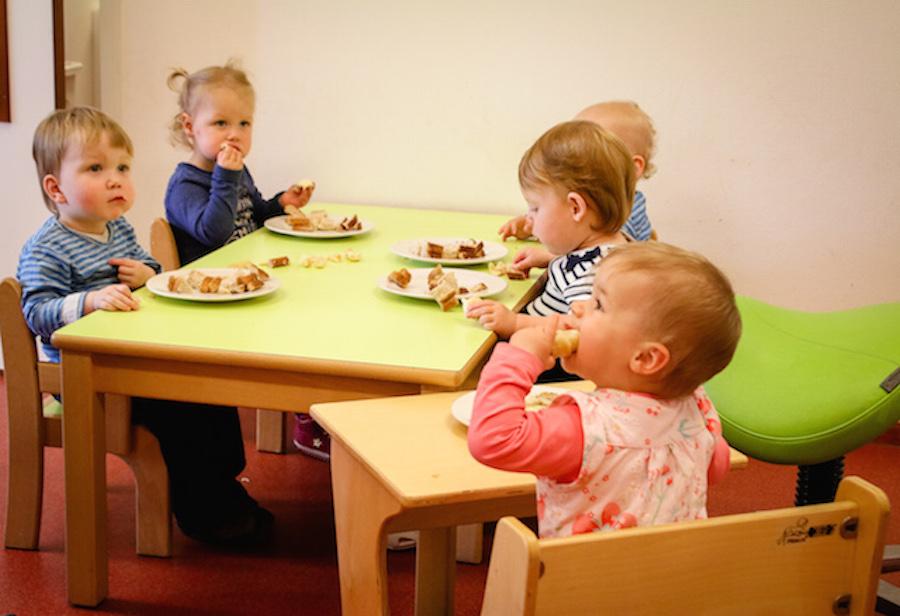 Baby's eten samen