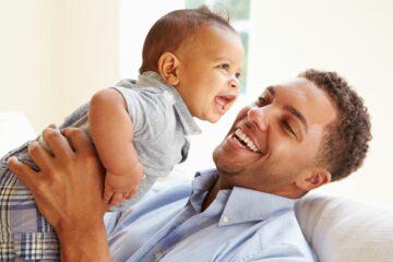 Spelen met je baby, vader en zoon lachen