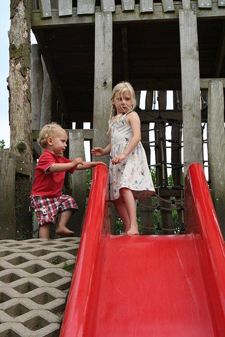 jongetje en meisje bij glijbaan