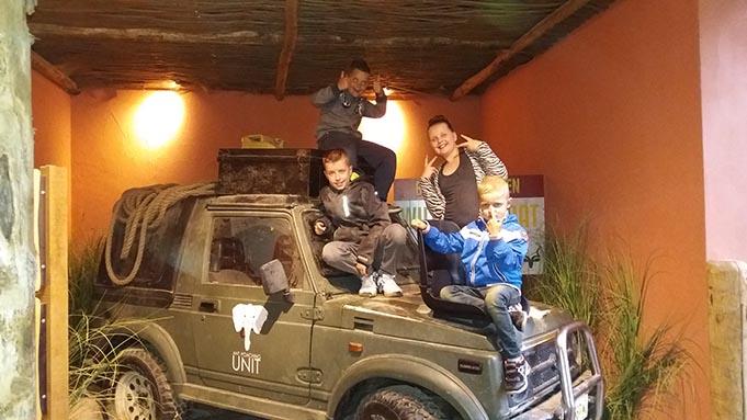 jongetje en meisje op jeep in safaripark beekse bergen