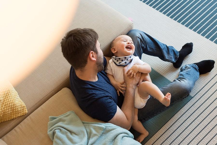 papa is aan het spelen met baby en geniet van quality-time