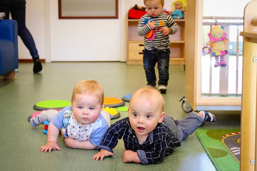 twee baby's in kinderdagverblijf