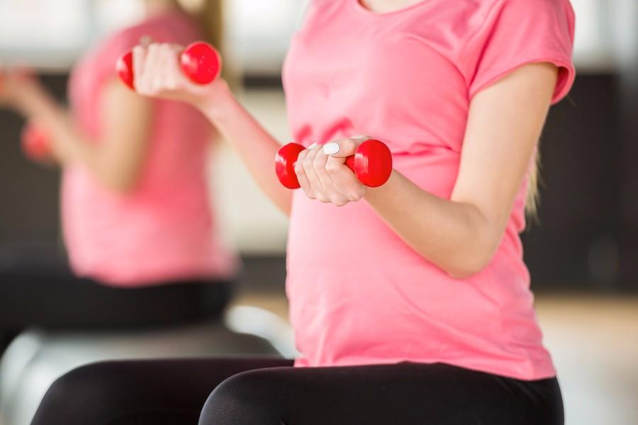 vrouw sport tijdens of na de zwangerschap