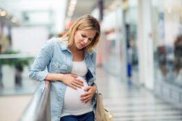 zwangere vrouw ervaart voortekenen bevalling