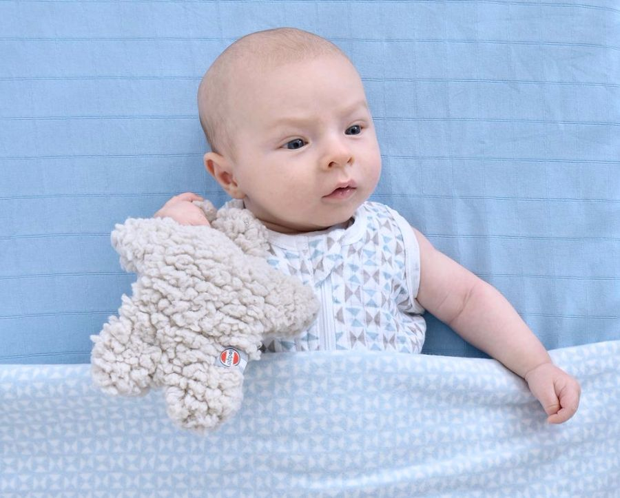 Baby'tje in bed met knuffeltje van Lodger