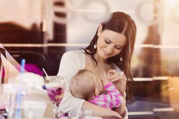 moeder geeft borstvoeding in het openbaar