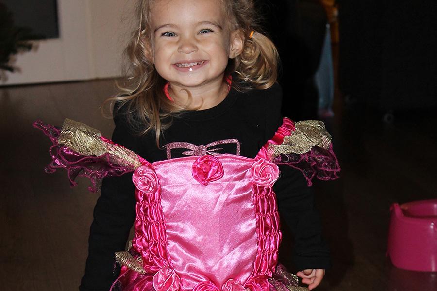 peuter meisje in roze prinsessenjurk geknipt