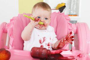 Eerste hapjes baby zooitje met eten