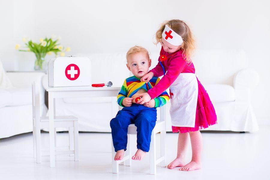 Jongetje en meisje spelen doktertje