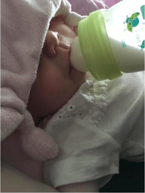 dochtertje-Liz-drinkt-uit-mam-anti-colic-flesje
