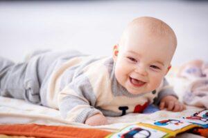 Baby aan het spelen tijdens tummy time