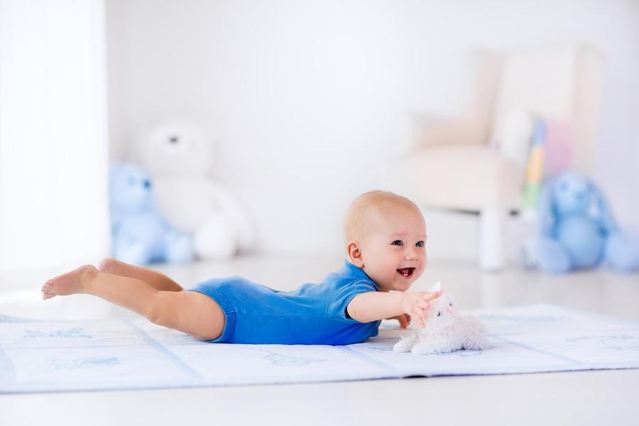 Baby bezig met overgangsreflex: Landaureflex