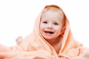 baby met eerste tandjes