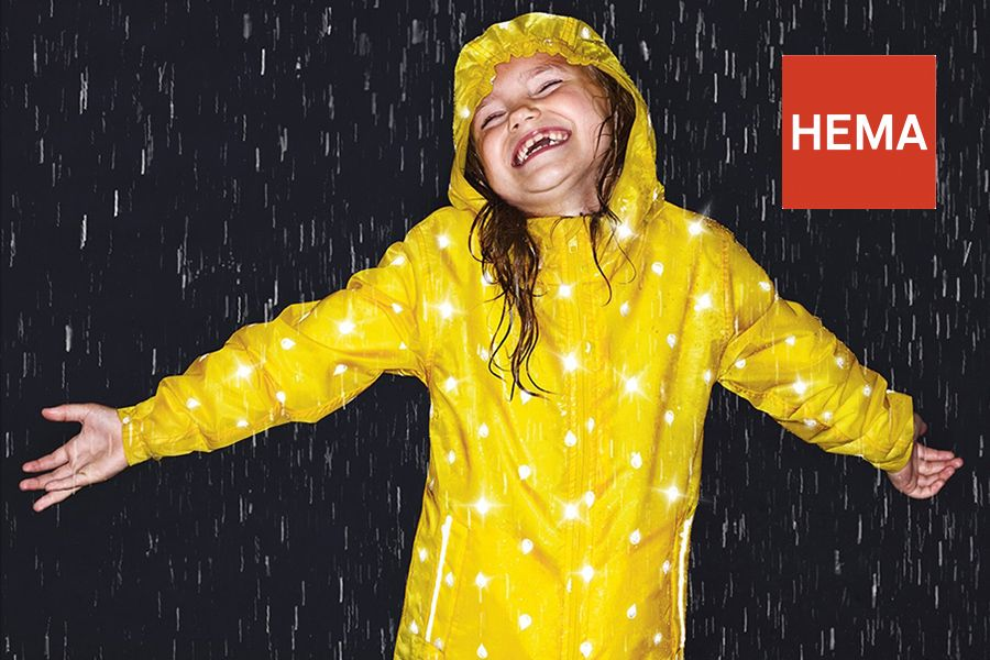 meisje-in-de-regen-met-HEMA-Regenjaszie