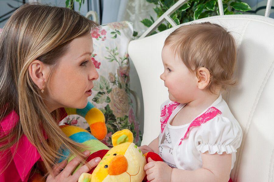 moeder-praat-met-baby