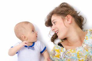 Moeder praat met haar baby die geluidjes maakt