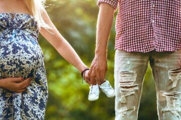man en vrouw in relatie en in verwachting