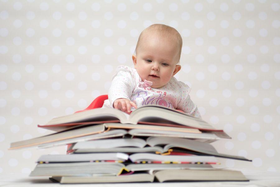 baby-achter-stapel-boeken-sparen-voor-studie-van-je-kind